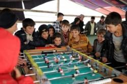 テントのなかでサッカーゲームをする子どもたち。