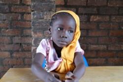 小学校の教室に座る女の子。