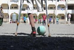 8年前爆発で片足を失ったラフィクくん。今も避難先の学校で大好きなサッカーを続けています。いつか、より大きなピッチに立てることを信じて-。