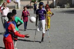 サヌアの学校でサッカーをするラフィクくん(紫のユニフォーム)。自宅から避難を強いられた約40世帯の家族が身を寄せている。