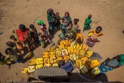 給水タンクに水を汲む人々。(エチオピア)