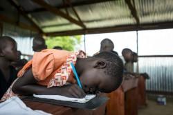 ボルの文民保護区で勉強する7歳の女の子。