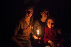ドネツク州デバリツェボの郊外にある防空壕に身を寄せる家族。(2015年2月撮影)
