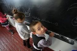 """ドネツク州の学校で黒板に""""お父さん、お母さん""""と書く子ども。"""