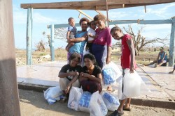 ユニセフが配布した水と衛生キットを受け取った人たち。
