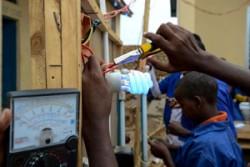 かつて武装グループと行動を共にしていた少年たちや徴用の危険に晒されていた子どもたちが、ユニセフの支援するセンターで技術訓練を行っている。