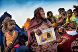 啓発活動を行う、かつてFGMの施術を行っていた女性。施術を受けた孫が命を失いかけたため、施術を止める決意をし、根絶に向けて啓発活動を行っている。(モーリタニア)