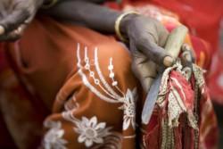 女性性器切除を行う際に用いる道具を手にする、かつて施術を行っていた女性。(エチオピア)