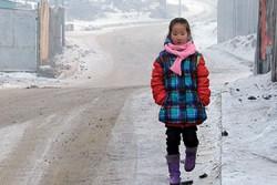ウランバートルの学校に登校するナンディン・エルデネちゃん。大気汚染で道路を渡るときもよく見えないと話す。