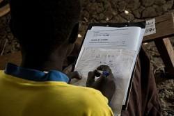 小学校の卒業試験が再開され、ベンティウの文民保護地区で試験を受ける生徒。