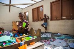 サイクロンで破壊された教室に残されたおもちゃで遊ぶ4歳の子ども。