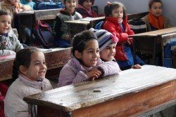 再建された学校の教室で、笑顔で授業を受ける子どもたち。