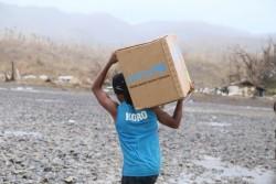 ユニセフの水と衛生に関する支援物資を運ぶ男性。(2月23日撮影)