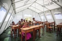 ユニセフが提供したテントの学校で笑顔を見せる子どもたち。