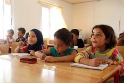 シリア・タルトゥースにある避難所の教室で勉強をする4年生の子どもたち。