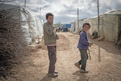 レバノンの非公式居住区に身を寄せるシリア難民の男の子たち。