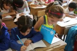シリアの小学校で勉強する子どもたち。