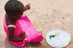 食事をする女の子。