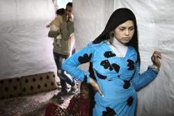 レバノンに避難しているシリア難民の14歳の女の子。まだシリアにいた1年半前に結婚したが、その半年後に夫を亡くした。当時妊娠していたが、悲しみと痛みによって流産したと彼女は話す。