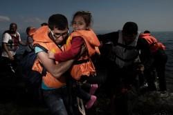 ボートでギリシャのレスボス島に辿り着いた難民の子ども。