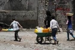 家族のために水を汲みに行く子どもたち。