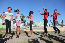 台風被害を受けてユニセフがテントや教育資材などを支援するフィリピンレイテ島タナウアン町の小学校で運動する生徒たち。