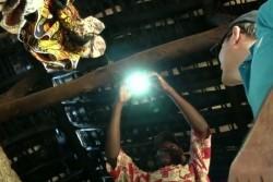 室内に子どもたちに有害な煙が発生したり、目に悪い影響を及ぼす、灯油などの燃料を使った発電の代わりに、安全で安価なLED電球を農村部の家庭に届けている。(ブルンジ)