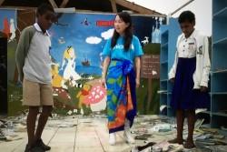 3月21日、サイクロンで全壊したオバラウ島のロレト小学校。図書室だった部屋を訪ねるアグネス大使とエスター・コリタパさん(13才・写真右)とイノケ・バリニサブさん(11才・写真左)。