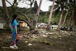 サイクロンで家を失ったコリスタパさんが「カラフルな花が咲き誇る素敵な村だった」と言うトコク村。村の前の海岸も瓦礫で覆われていた。