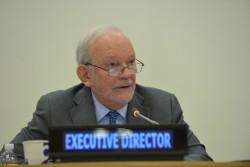 2016年2月2日、ユニセフ執行理事会で話をするアンソニー・レーク事務局長。