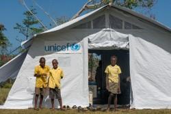 ユニセフが支援したテント式の仮設教室。