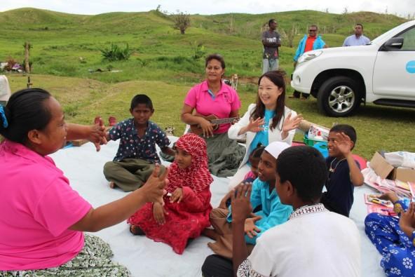 ビチ・レブ島ナウト村。 村の子どもたちと一緒に移動幼稚園のプログラムに参加するアグネス大使。