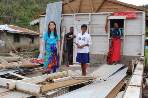 オバラウ島トコウ村。 サイクロンの暴風と高潮で全壊したエスター・コリタパさん(13才)の家で。
