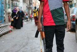 イエメンの町の検問所では、子ども兵士の姿が見られることが珍しくない。