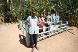 給水施設にて水管理グループのメンバーとともに
