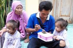 栄養のある食事を与えるザーラちゃんとゾーラちゃんの父親。