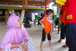 体重を測る娘を見守る母親のアシリさん。