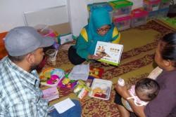子どもへの食事の与え方に関してカウンセリングを行う保健員。