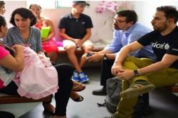 ブラジル・カンピナグランデの病院で情報収集にあたるユニセフ職員