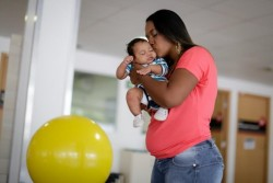 母親と小頭症の赤ちゃん。