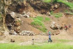 ベロバカの砕石場。多くの幼い子どもたちが家計を助けるために働いている。