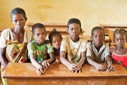 ユニセフの支援により学校に行くことが出来るようになった、マミタスアくん(右から3人目)と4人の兄弟。一番左は母親のヘニンツーアさん。