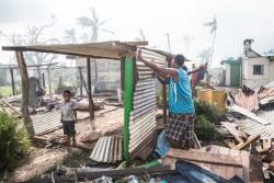 サイクロン・ウィンストンの被害に遭い、仮設の住居を建てる人々。