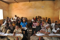 校内感染ゼロに向けて、学校におけるエボラ感染予防対策に取り組む井本教育専門官