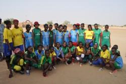 マリ北部の平和コンクールでスポーツに参加する子どもたち