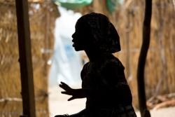 カメルーンの北部の難民キャンプに身を寄せる15歳のナイジェリア出身の少女。少女はボコ・ハラムによって拉致された後に4カ月間拘束され、強制的に結婚をさせられた。現在は解放されて難民キャンプに身を寄せ、家族と再会も果たしている。