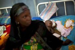 病院で栄養治療の治療ケアを受ける赤ちゃん。ボコ・ハラムによるナイジェリア北部の暴力で、人々は国内外に避難を強いられ、深刻な人道危機に陥っている。(カメルーン)
