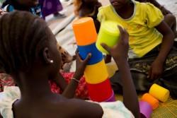 カメルーン北部にある難民キャンプにある、ユニセフが支援する「子どもにやさしい空間」で遊ぶナイジェリアの子どもたち。