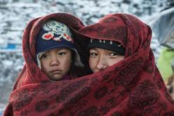 母親と一緒に毛布にくるまる4歳の子ども