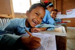 ユニセフが支援する仮設の学習センターで笑顔を見せる女の子。